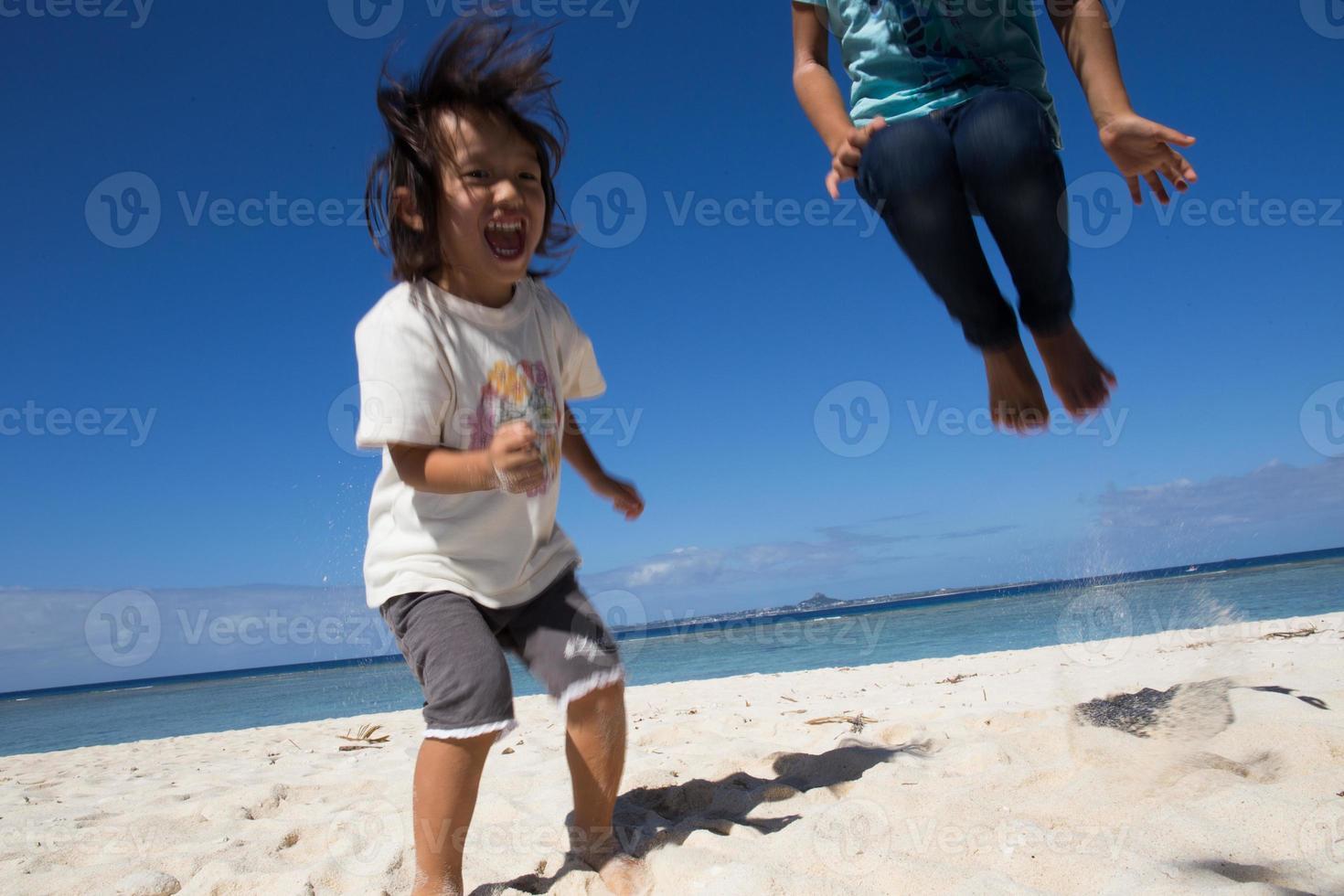 enfants sautant sur la plage photo