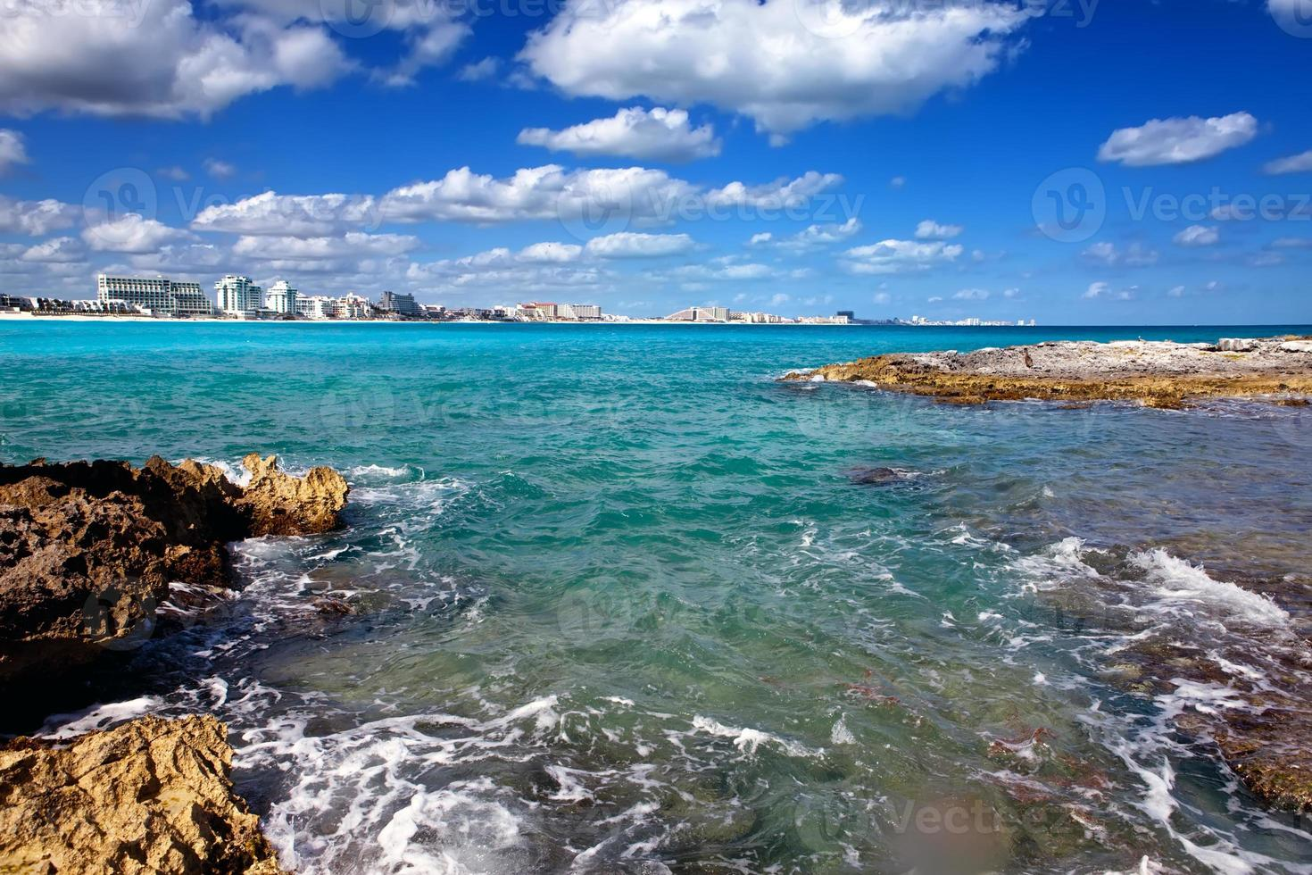 côte rocheuse, mer et ville au loin au mexique. cancun photo