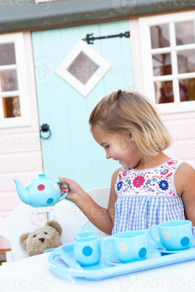 jeune fille jouant à l'extérieur photo