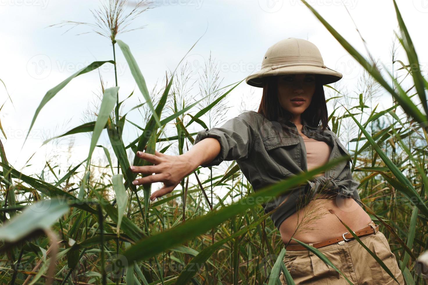 femme safari dans les marais photo