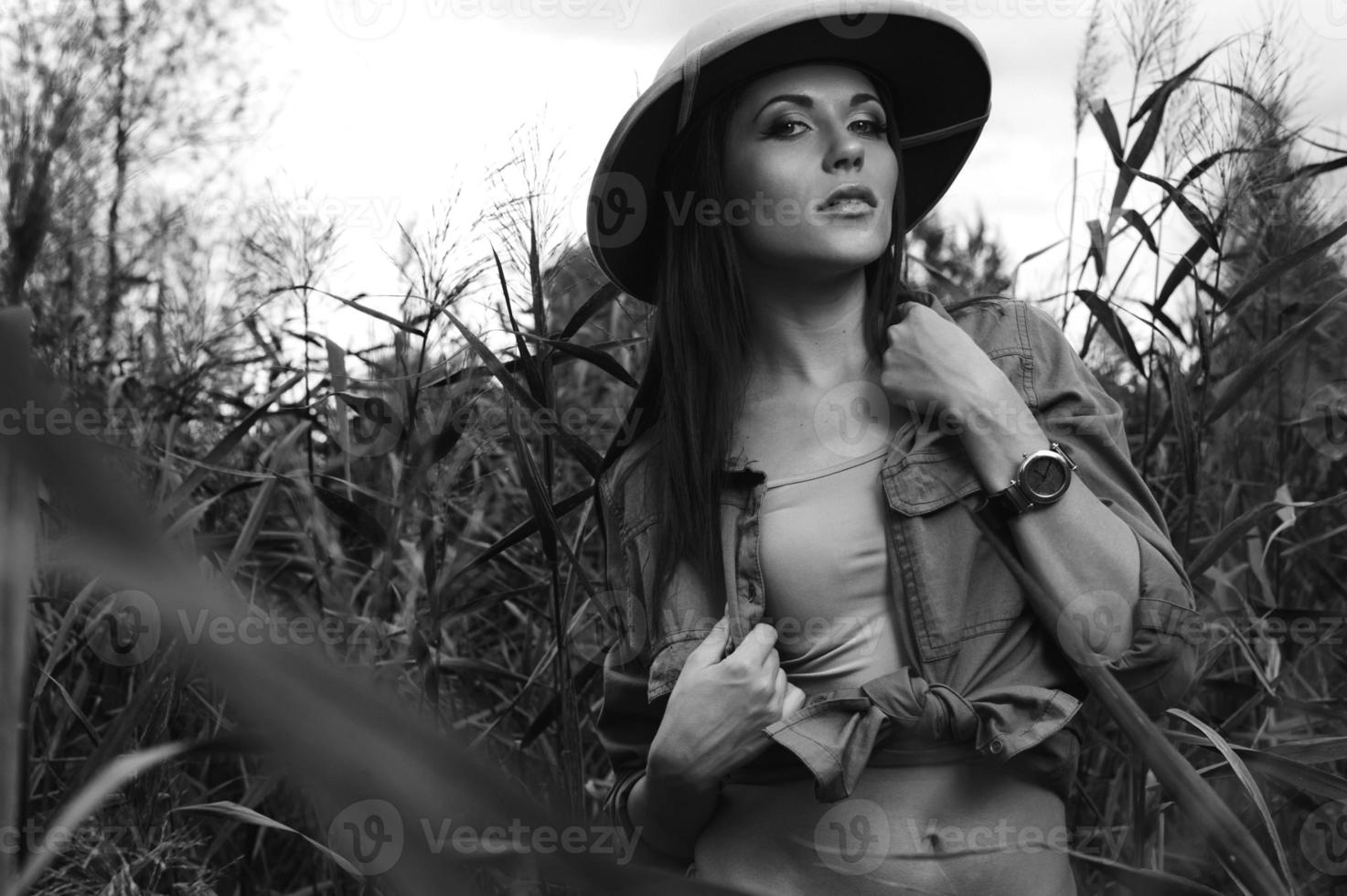 femme safari dans les marais noir et blanc photo