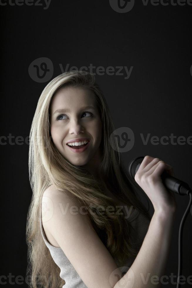 adolescente, chant, dans, microphone photo