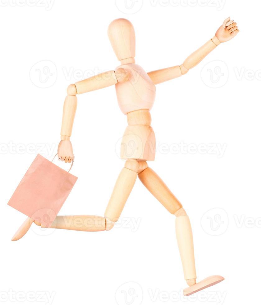 mannequin en bois heureux avec des sacs à provisions photo