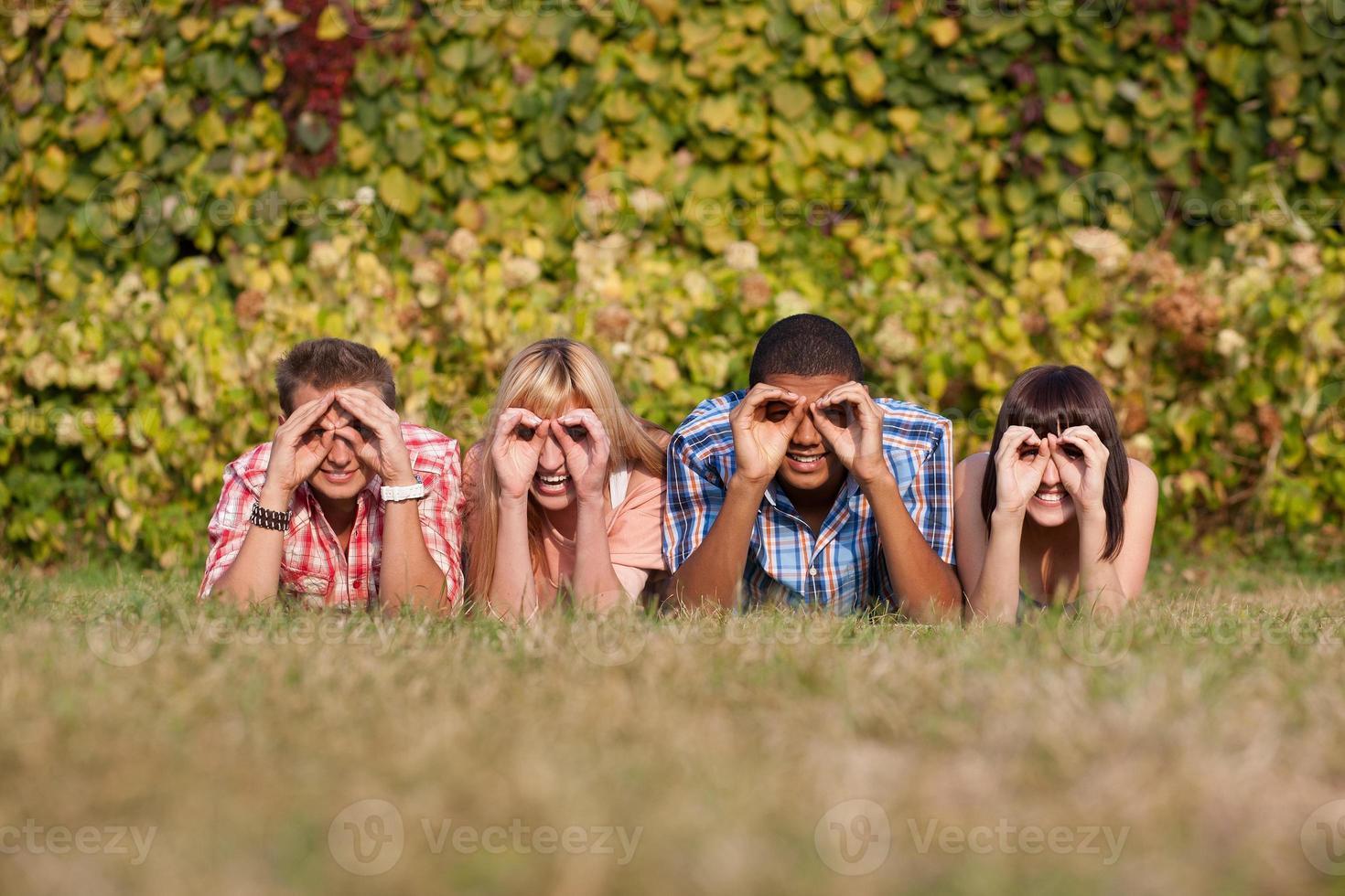 jeunes gens heureux en plein air photo