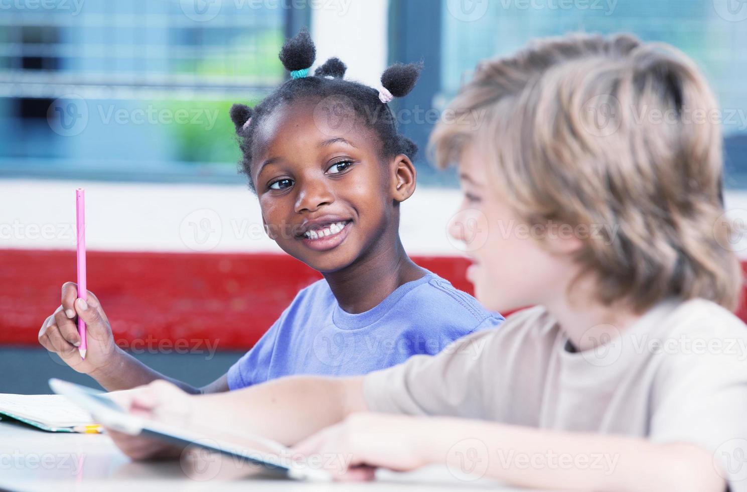 salle de classe multiethnique. étudiant afro-américain parlant à caucasi photo