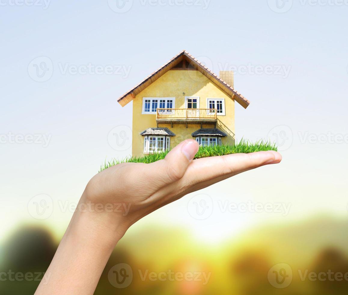 concept de modèle de maison à la main photo