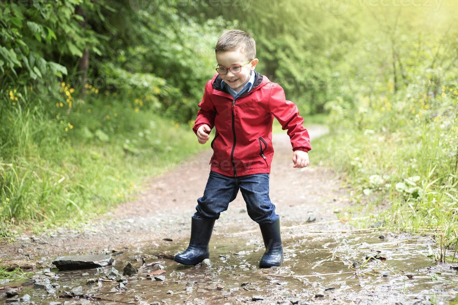 portrait de mignon petit garçon enfant à l'extérieur sur la nature photo