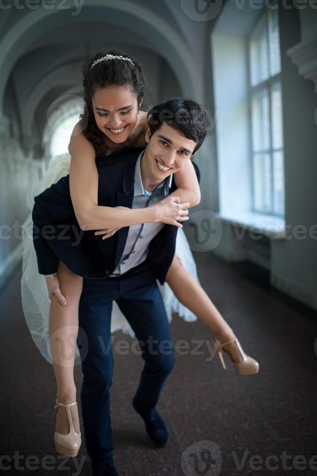 la mariée monte sur votre mari photo