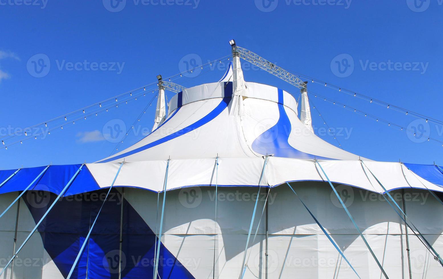 tente chapiteau bleu et blanc photo