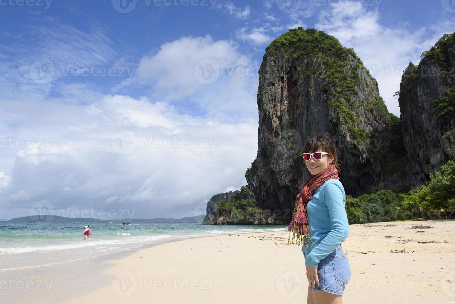 femme, profiter, escapade, marche long plage photo