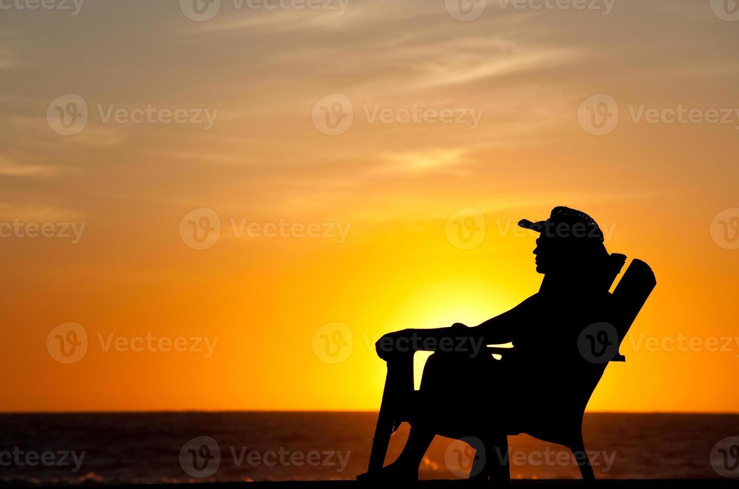 femme appréciant le coucher du soleil tropical photo