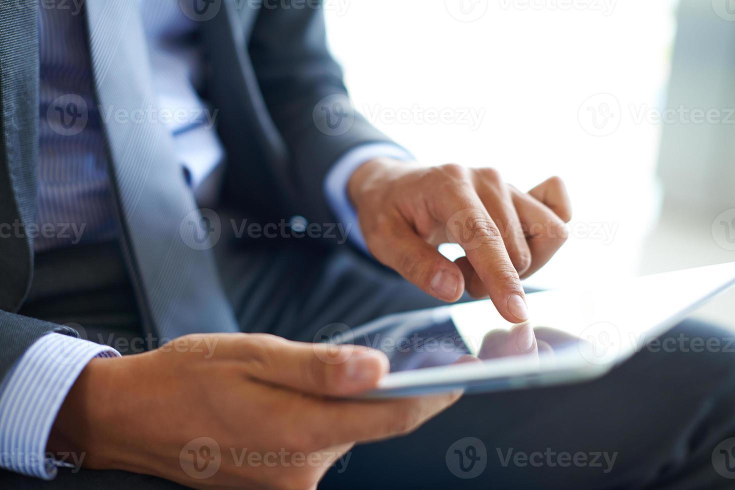 pointant sur l'écran tactile photo