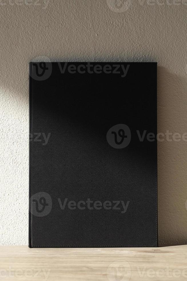 carnet de croquis en éclairage sur fond en bois photo