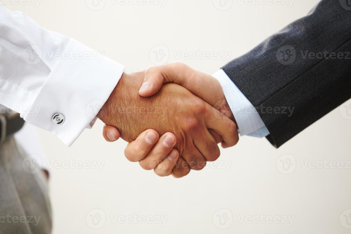 gros plan d'une poignée de main d'affaires photo