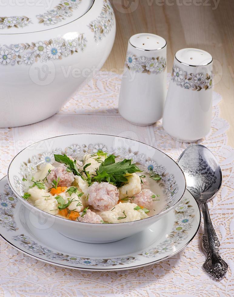 soupe aux boulettes de viande et quenelles photo