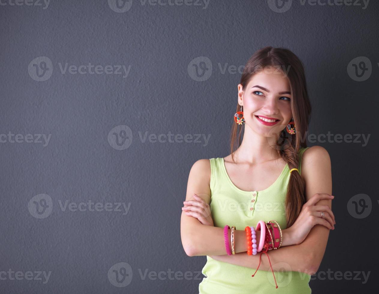jeune femme debout, isolé sur fond gris photo