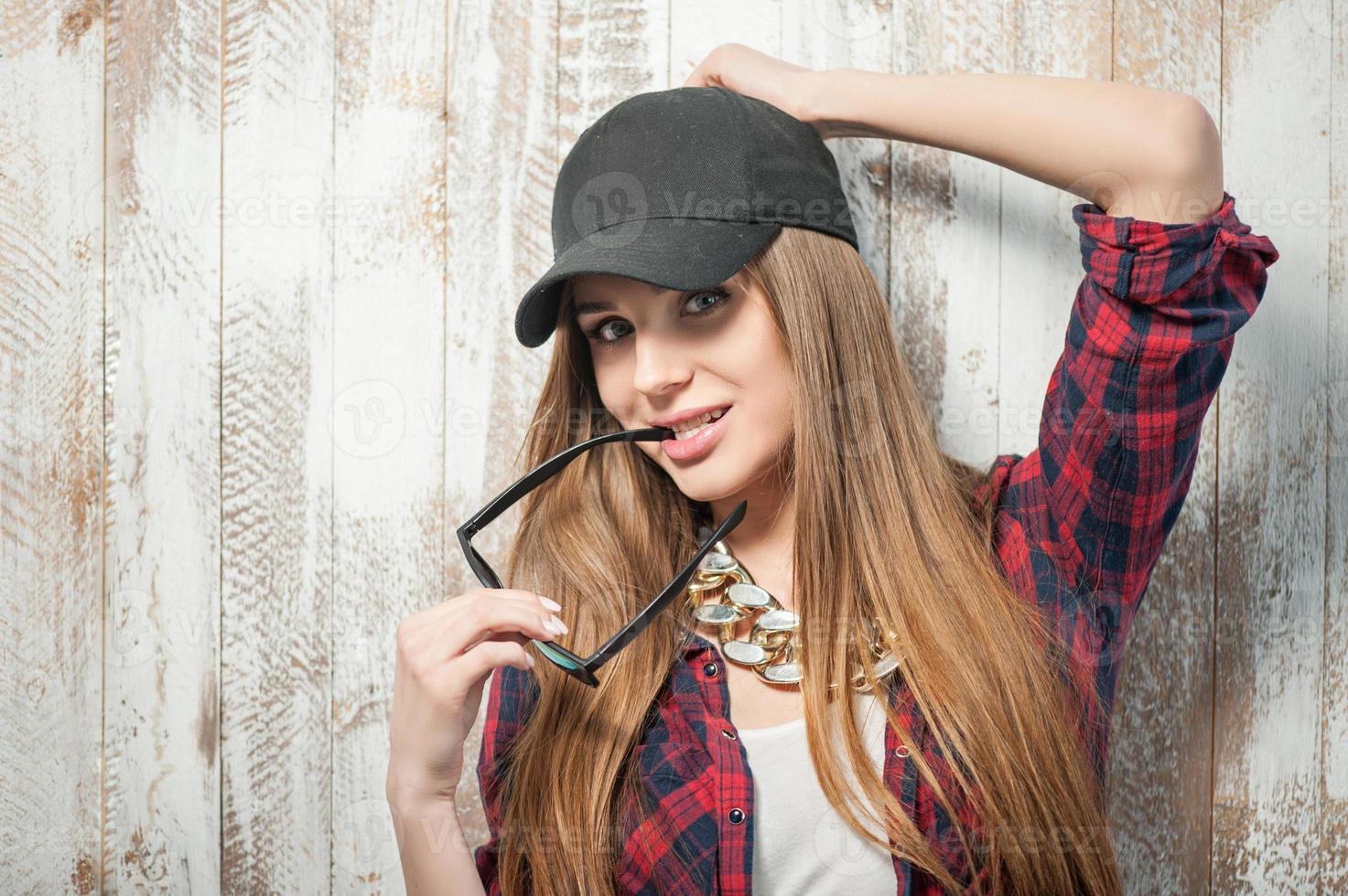 jolie femme hipster avec chapeau et lunettes photo