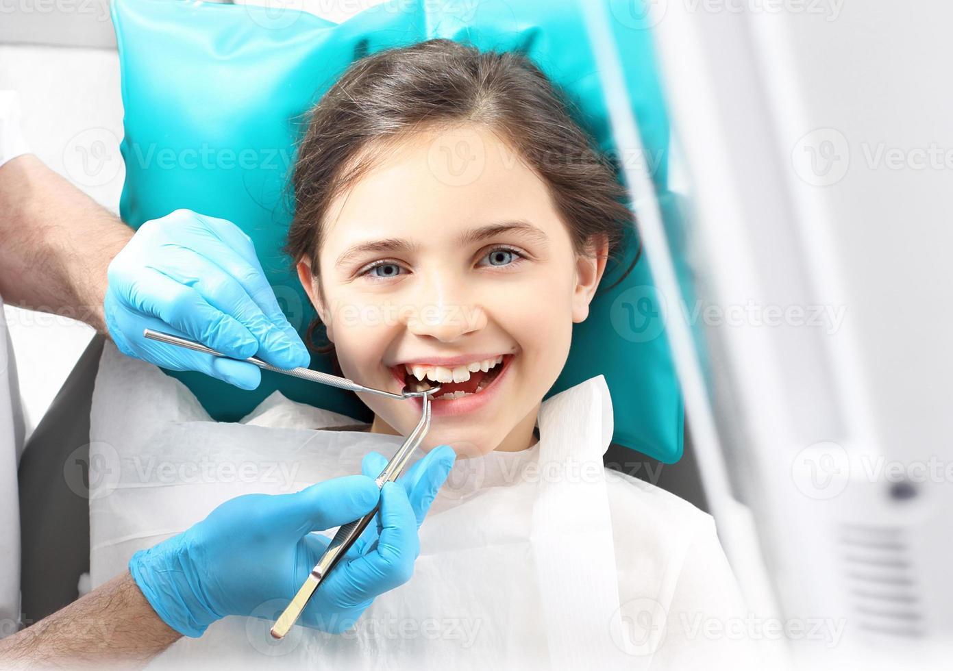 dentiste, enfant dans le fauteuil dentaire. photo