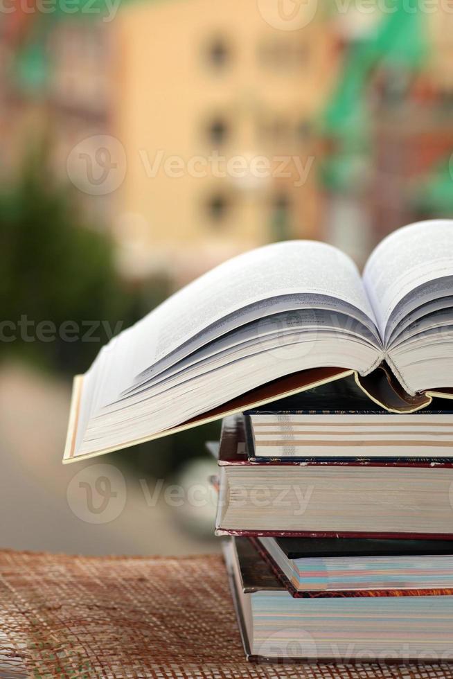 pile de livres sur fond de ville photo