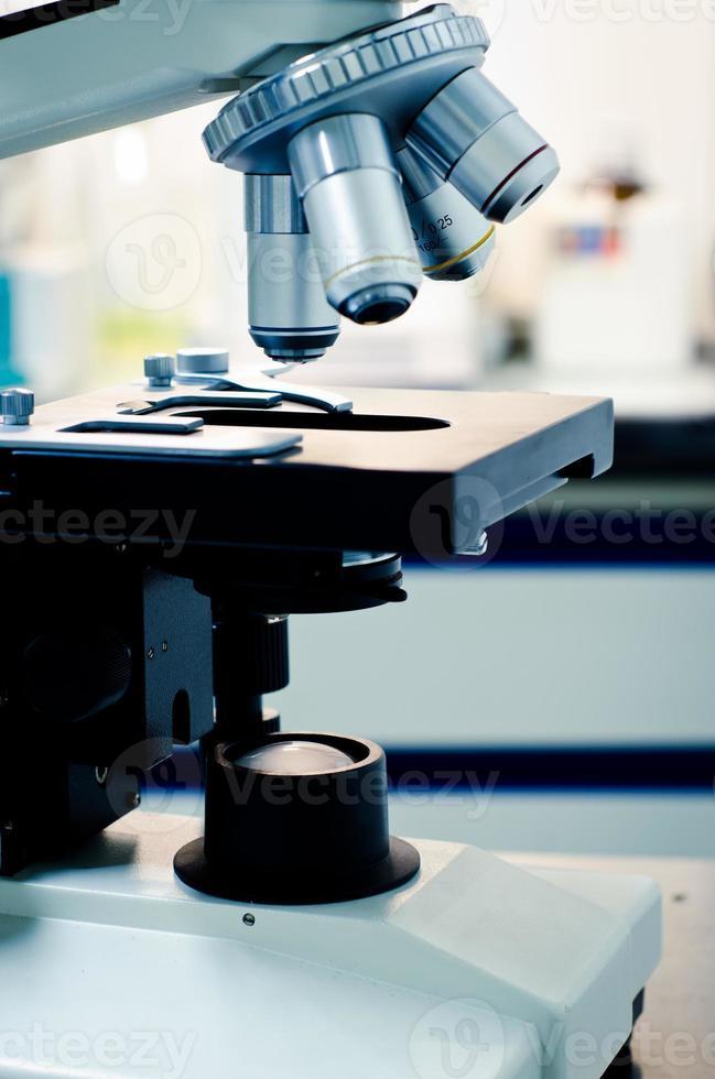 Gros plan des lentilles de microscope. recherche scientifique et ba photo