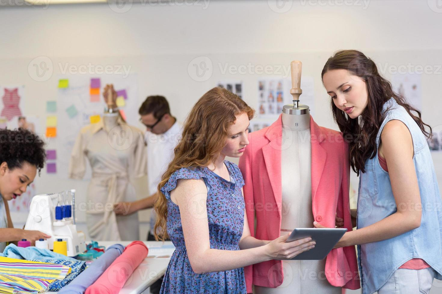 créateurs de mode à l'aide de tablette numérique photo