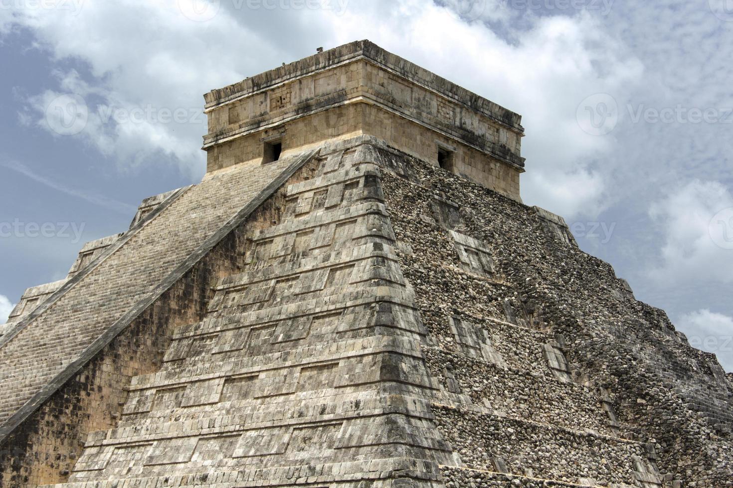 piramide chichen itza photo