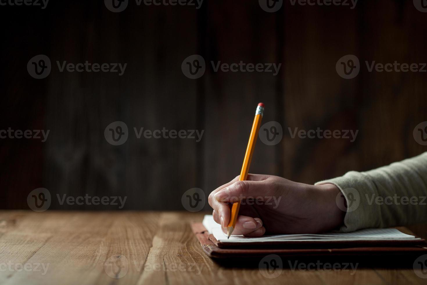 main de femme écrit sur papier photo