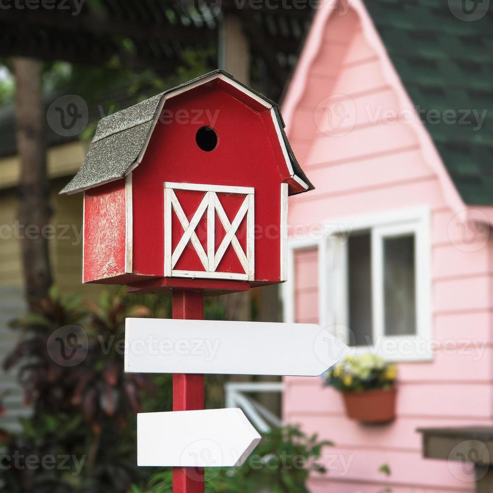 panneau vierge avec une petite maison sur le dessus photo