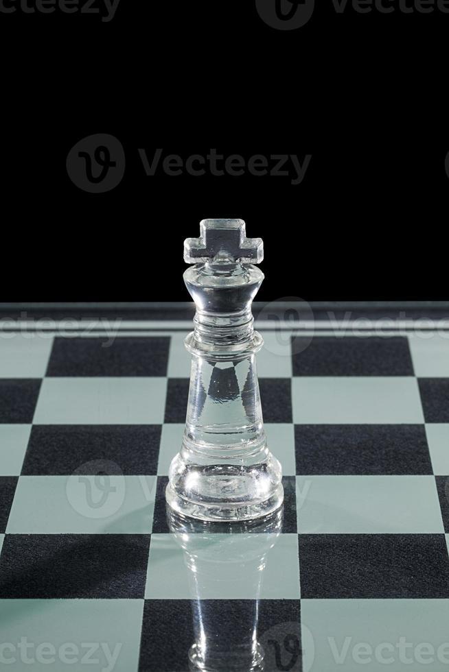 roi d'échecs en verre à bord photo