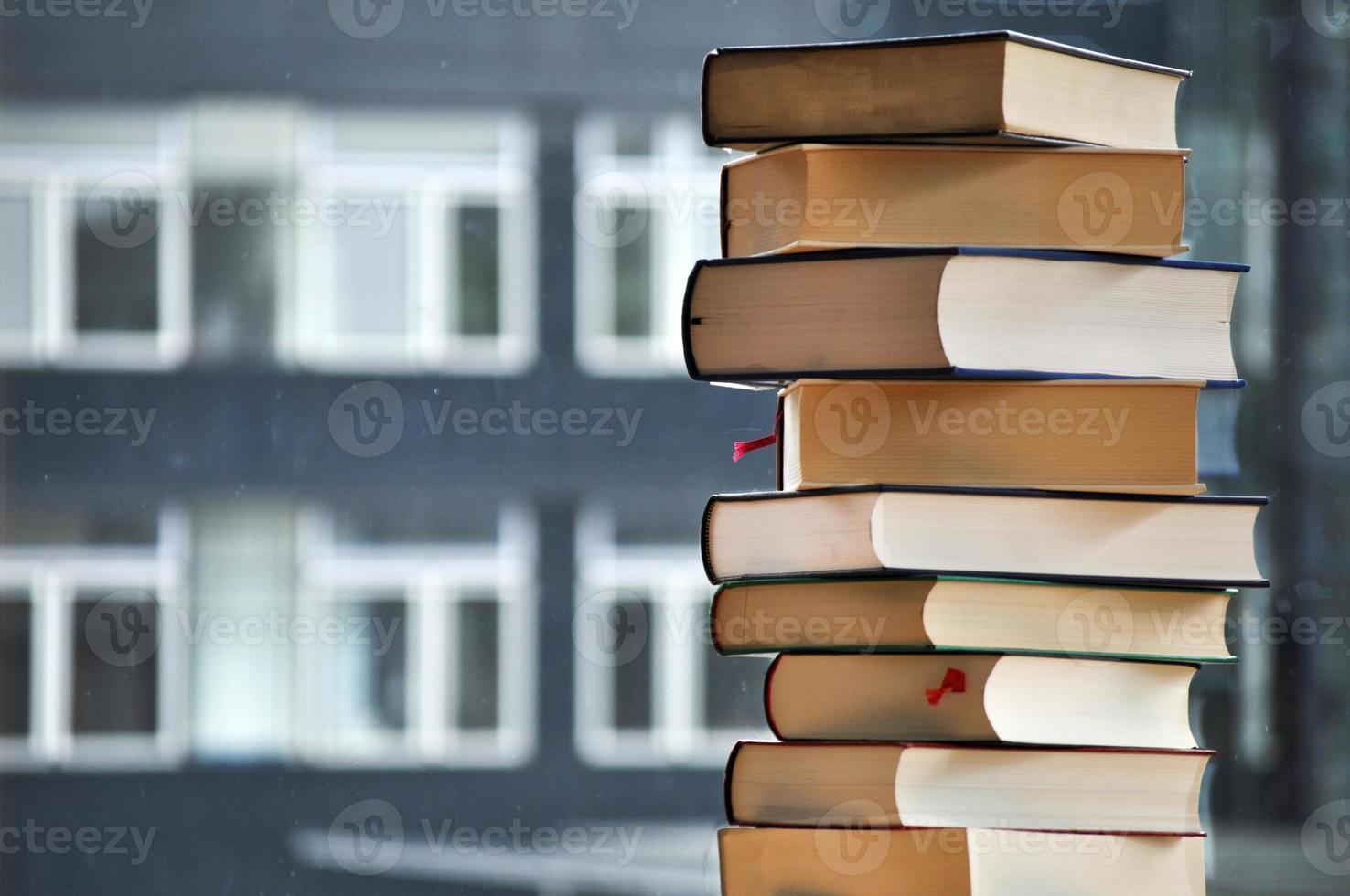 pile de livres avec bâtiment flou en arrière-plan photo