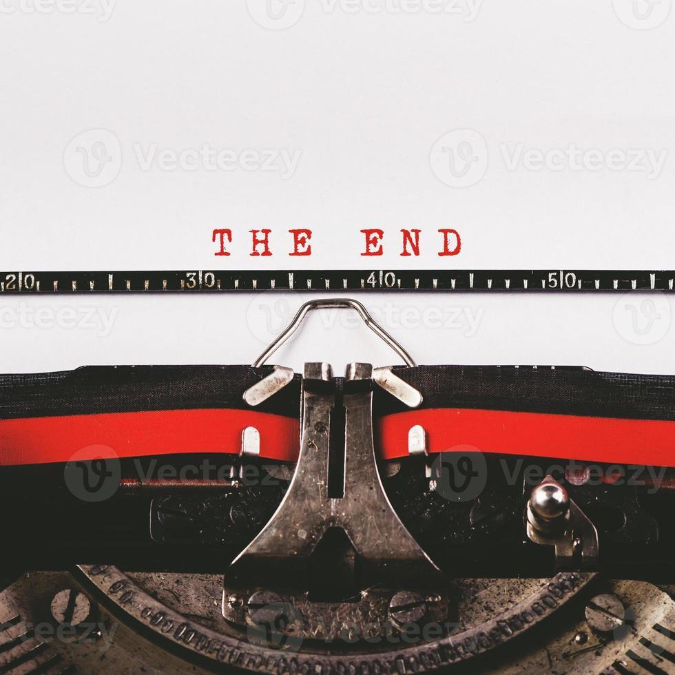 le texte de fin sur une vieille machine à écrire photo