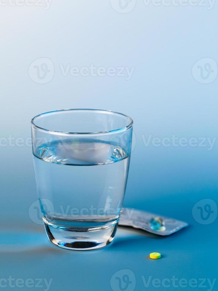 pilule antidépressive et verre d'eau photo