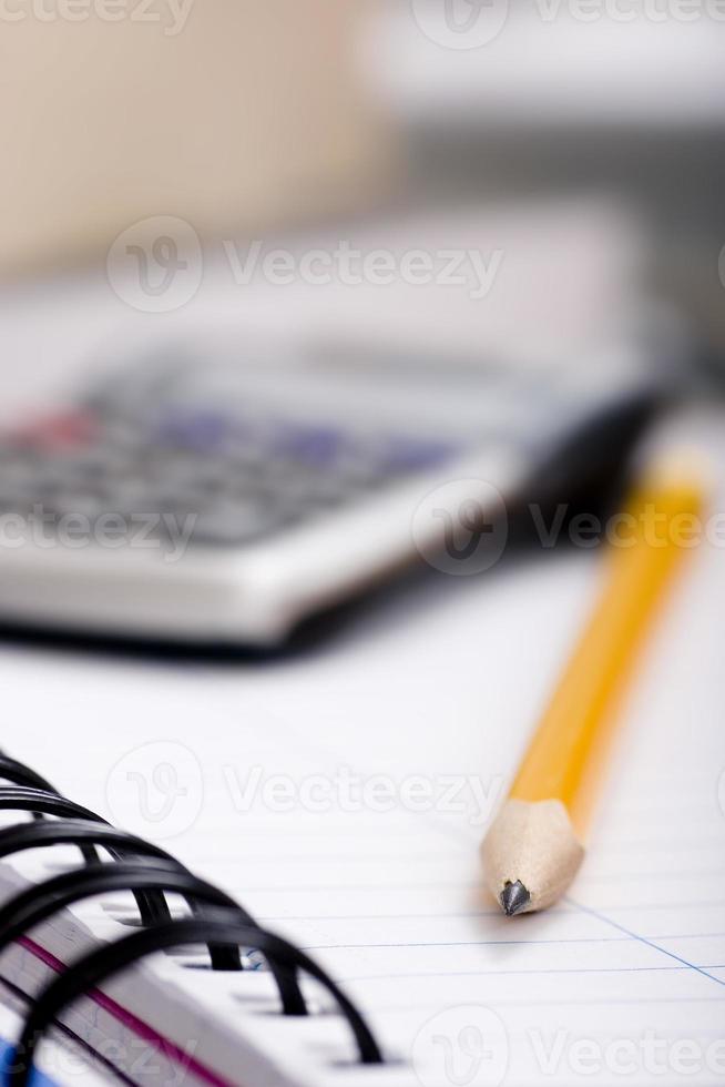 crayon et calculatrice sur ordinateur portable photo