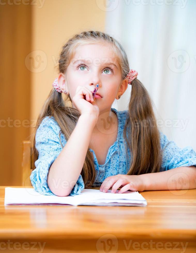 mignonne petite fille étudie photo