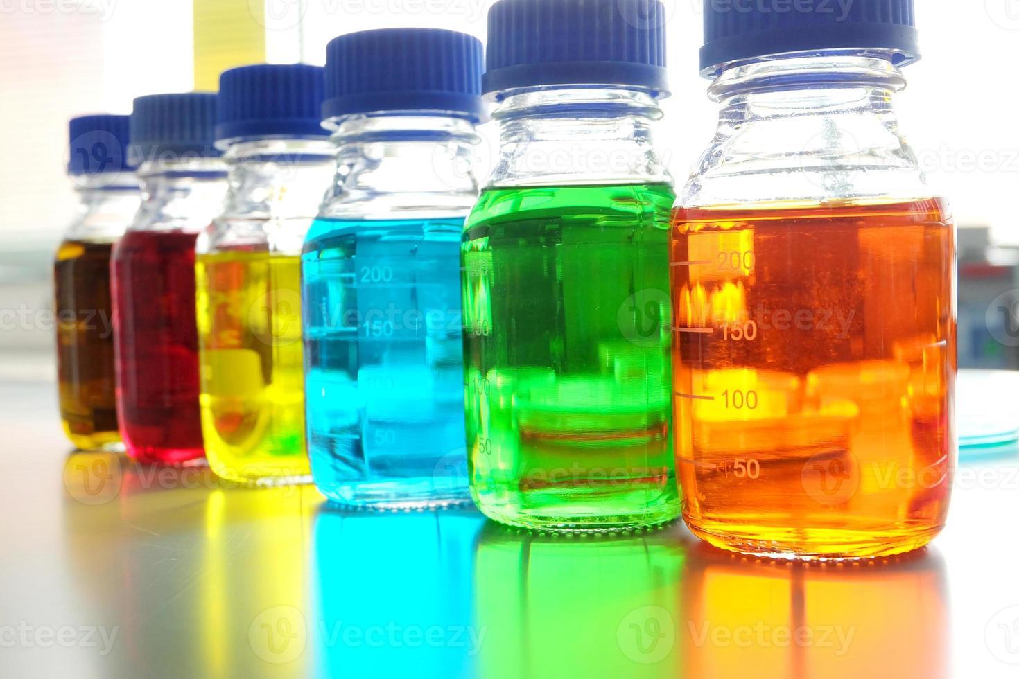 fluide coloré en bouteille pour une utilisation en laboratoire sur la table photo