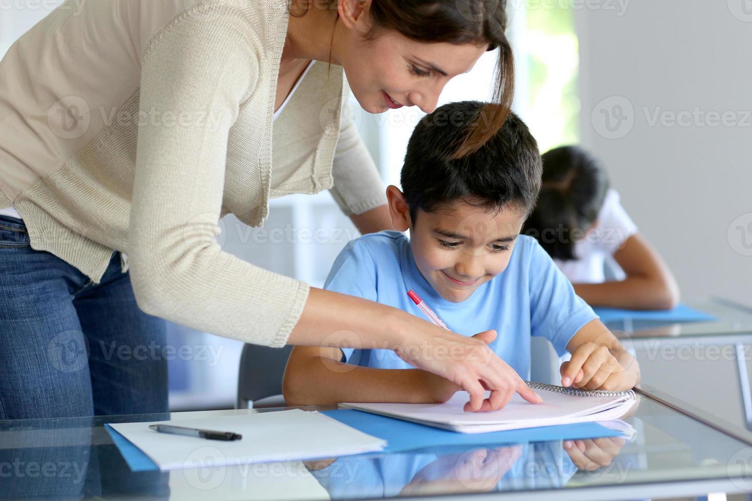 enseignant en classe avec les élèves photo
