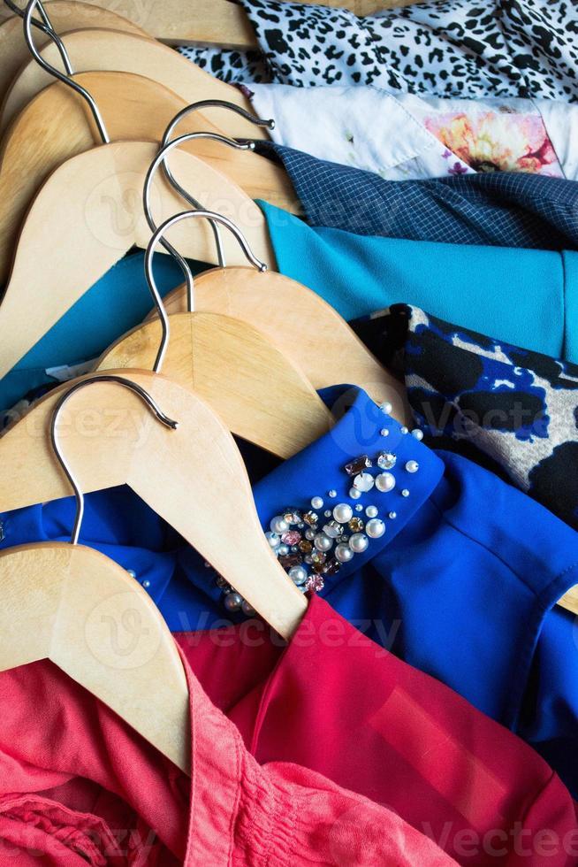 différents vêtements sur des cintres se bouchent photo