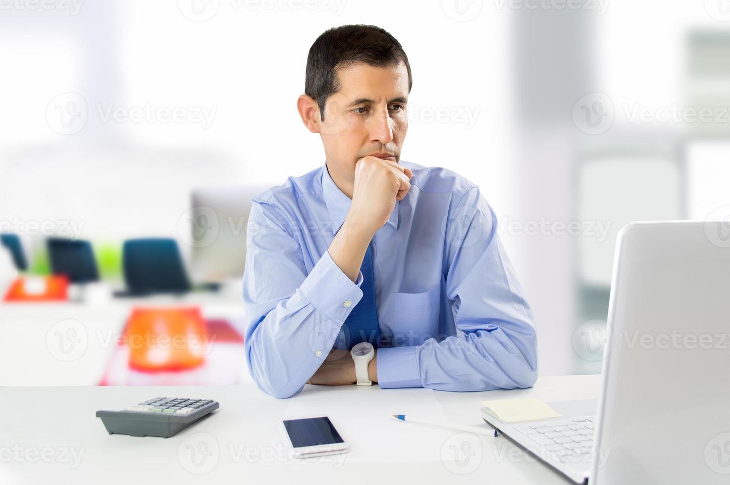 homme d'affaires songeur au bureau photo