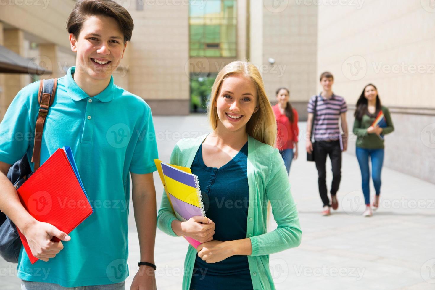 groupe d'étudiants divers à l'extérieur photo