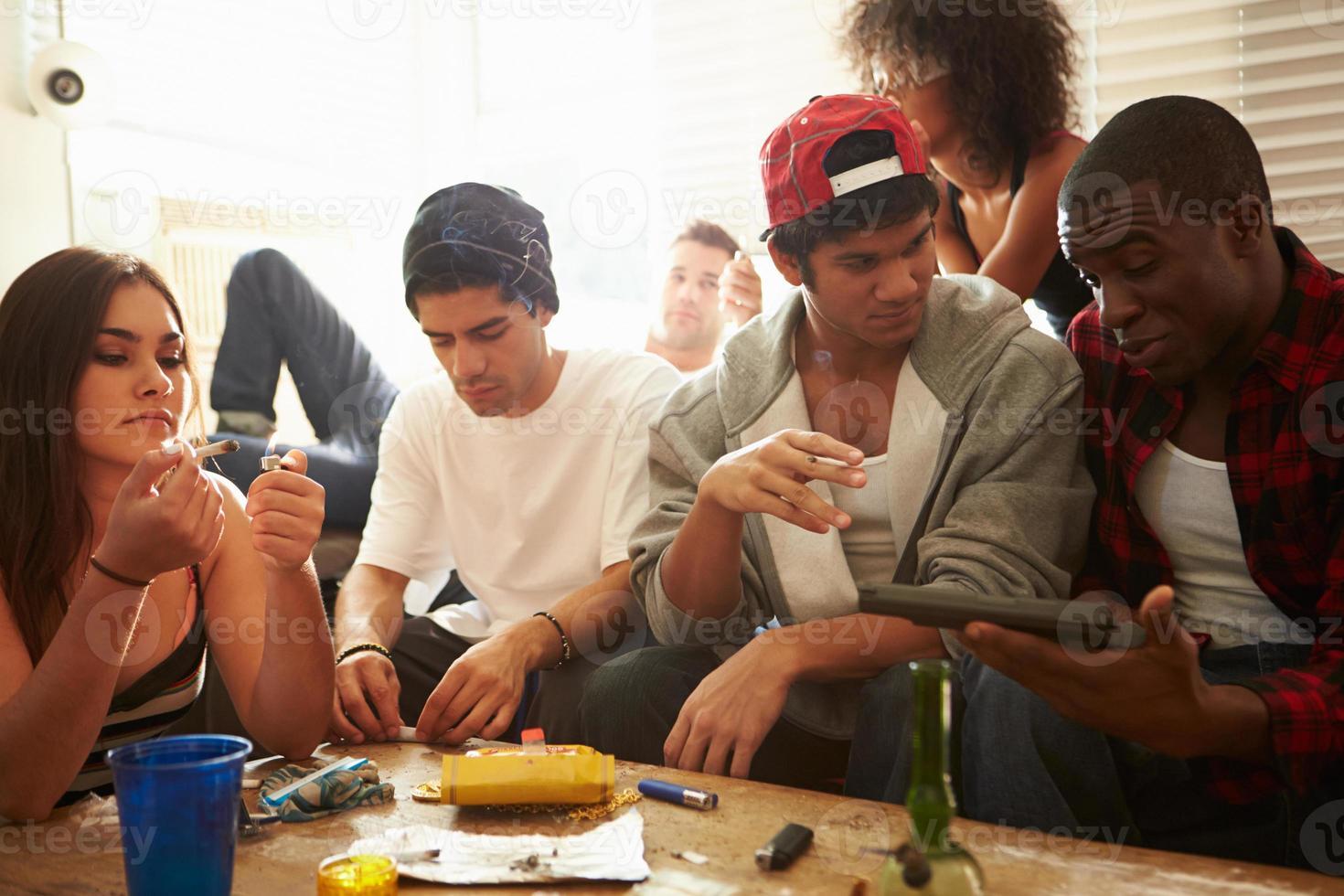 gang de jeunes avec des drogues et des armes à feu photo