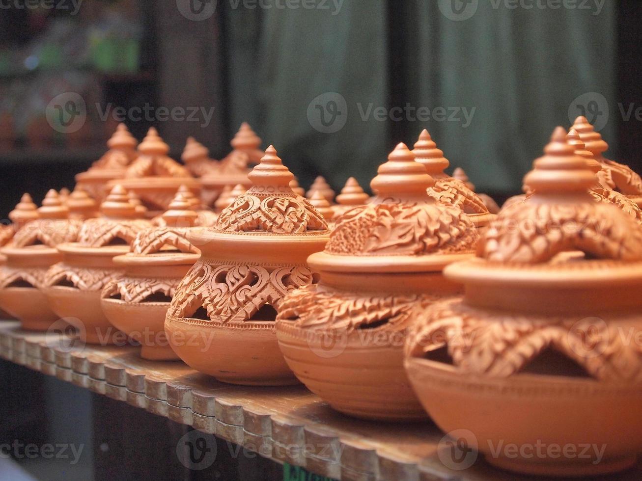 Poterie d'argile traditionnelle thaïlandaise dans l'île de Ko Kret, Thaïlande photo