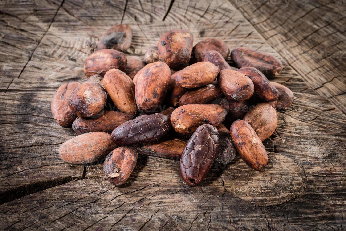fèves de cacao sur fond en bois. alimentation biologique photo