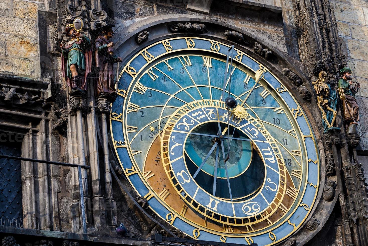 horloge astronomique de prague (orloj) dans la vieille ville de prague photo