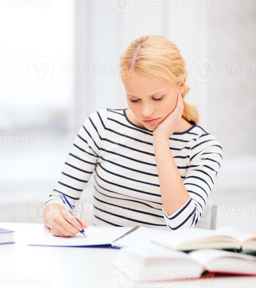 femme étudiante s'ennuie étudier au collège photo