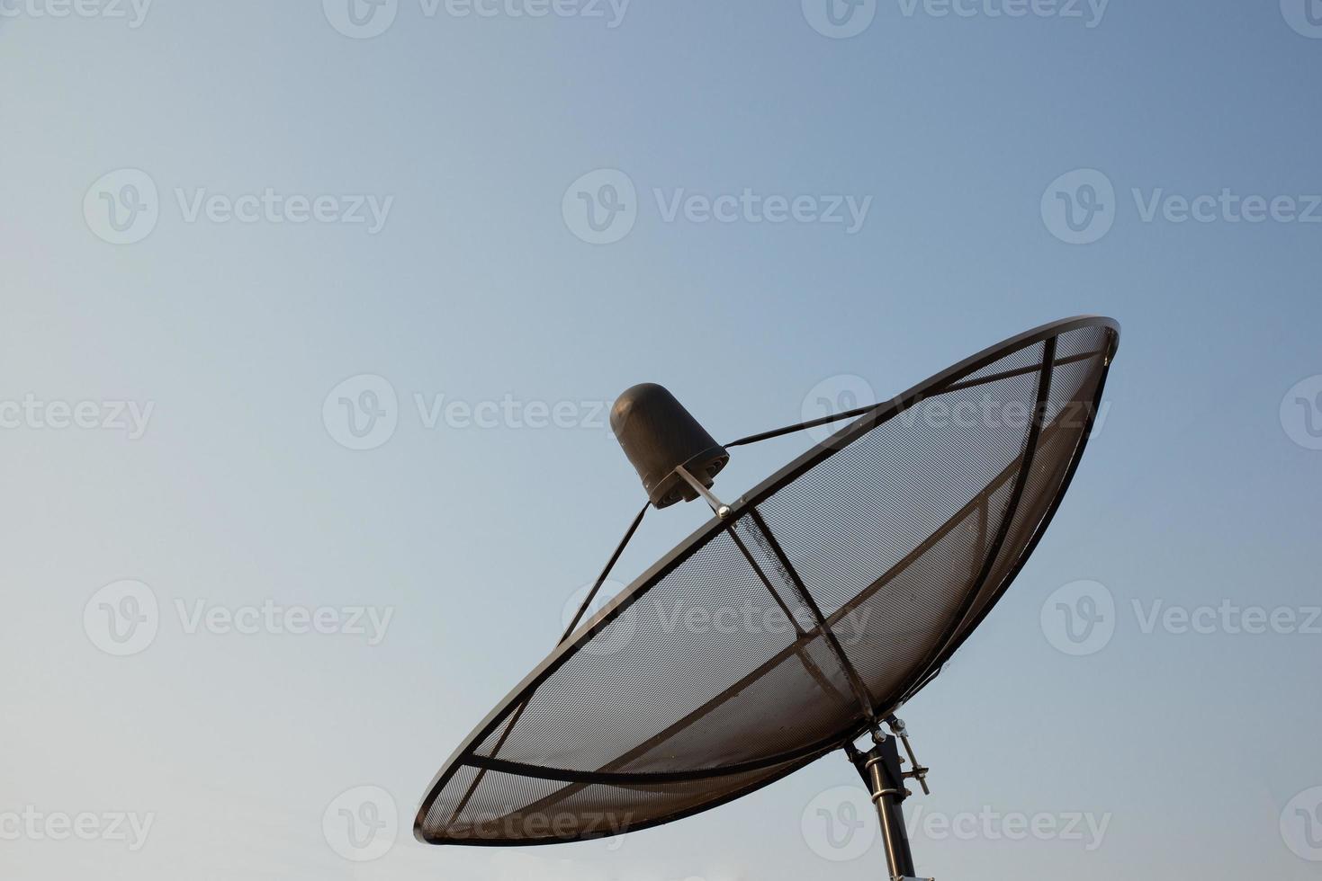 grande antenne parabolique noire. photo