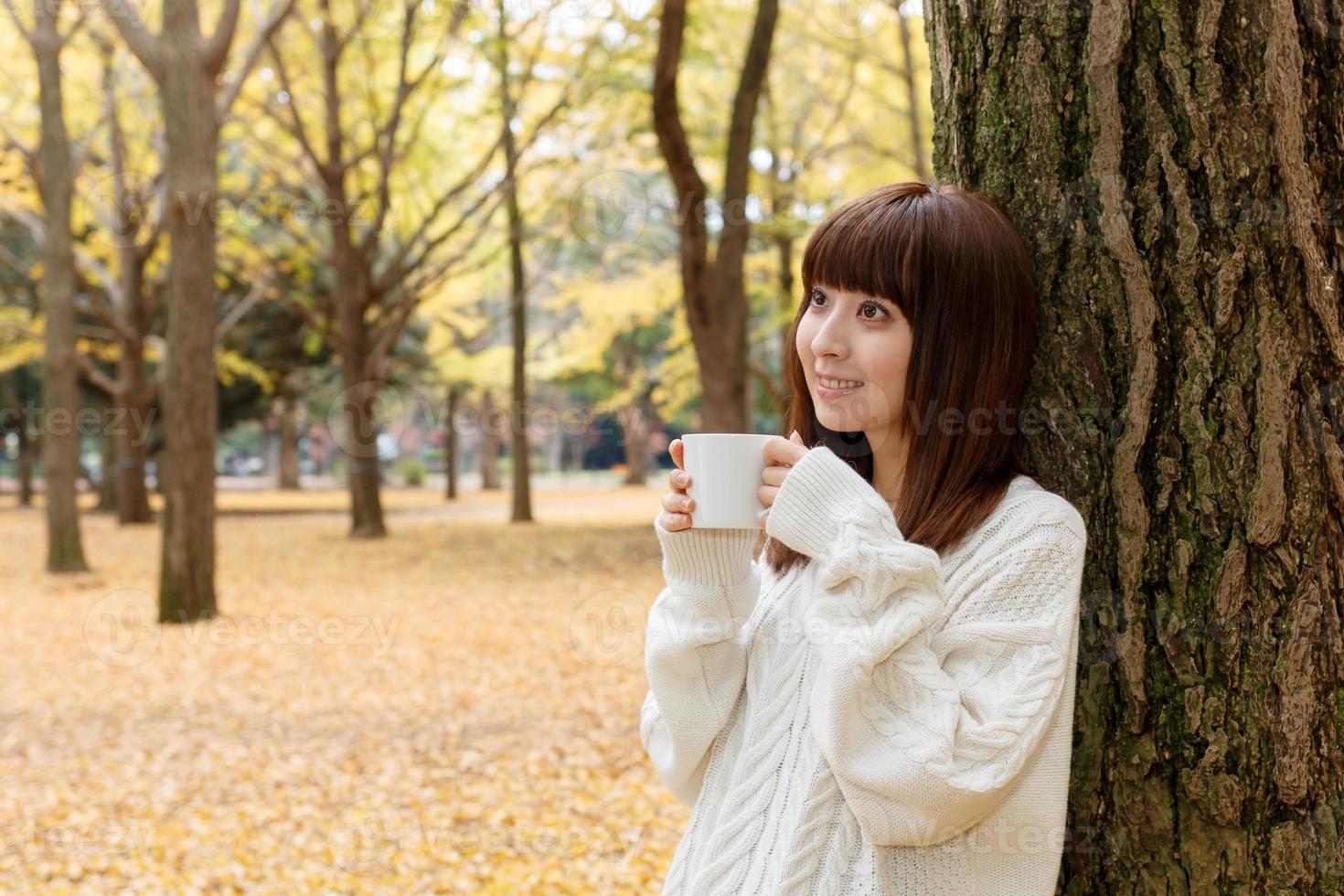 femme qui boit du café photo