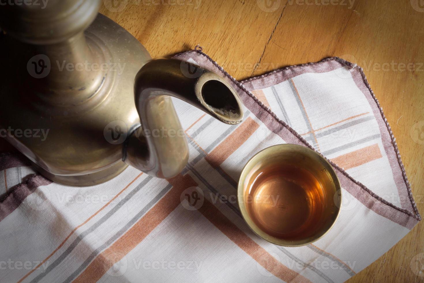 boire du thé dans une cruche. photo