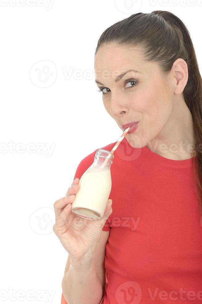 jeune femme, boire lait photo