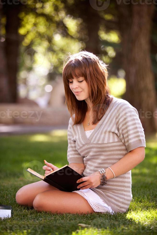 étudiant avec journal dans le parc photo