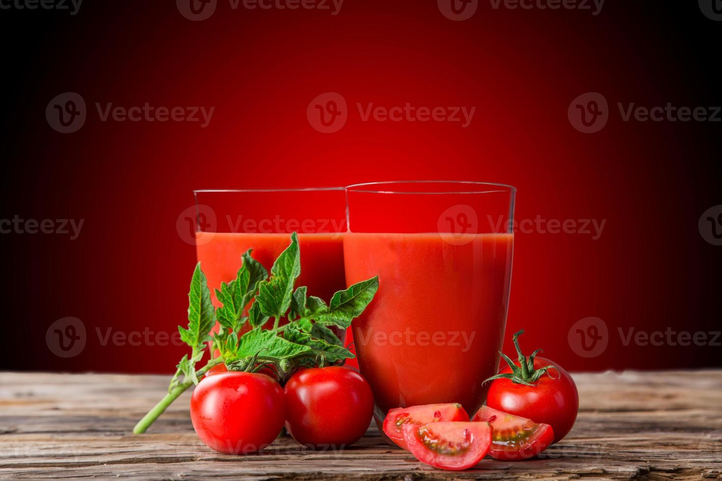 jus de tomate frais, boissons saines. photo